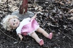 Smutsig gammal övergiven docka Arkivfoto