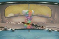 Smutsig gammal blå bil med rostade skärmtorkare Arkivfoton