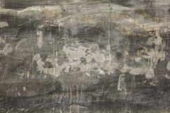 Smutsig gammal grå vit svart sjaskig betongvägg med sträng skada och skrapor Textur för grov yttersida arkivbilder