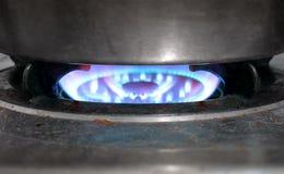 Smutsig gammal matlagning för naturgasugn med den fulla flamman på royaltyfria bilder