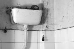 Smutsig gammal mekanism för slät toalett Arkivbild