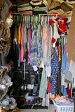Smutsig garderob som fylls med kvinnas kläder royaltyfria foton