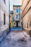 Smutsig gränd med grafitti Royaltyfria Foton