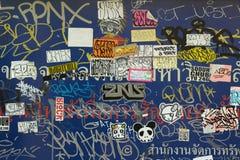 Smutsig grafitti och klistermärke Arkivfoton
