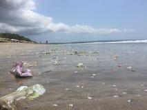 Smutsig Kuta strand, bali, indonesia Arkivbild