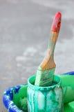 Smutsig målarfärgborste Arkivfoto