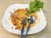 Smutsig maträtt för vit, når att ha ätit arkivbild