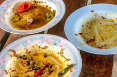 Smutsig maträtt tre på den smutsiga wood tabellen fotografering för bildbyråer