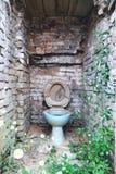 Smutsig och nedsmutsad toalett i en övergiven fabrik royaltyfri foto