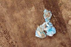 Smutsig och söndersliten trasa som ligger i smutsen Royaltyfri Fotografi