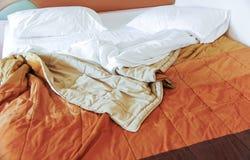 Smutsig säng efter vak upp i morgonen Arkivfoton