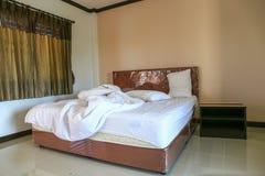 Smutsig sängkläderark och kudde Royaltyfria Foton