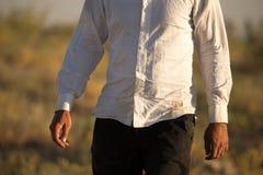 Smutsig skjorta för vit på en man i naturen royaltyfri bild