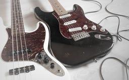 Smutsig sliten elektrisk gitarr och bas för tappning Arkivbild