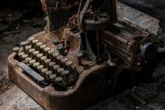 Smutsig tappningskrivmaskin som mycket är rostig och arkivfoto