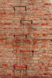 Smutsig tegelstenvägg och stege royaltyfri fotografi