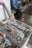 Smutsig uppsättning av handhjälpmedel- och wrenchsnärbild i ask Service för garagemålningbil Hjälpmedel som reparerar bilen eller royaltyfri bild