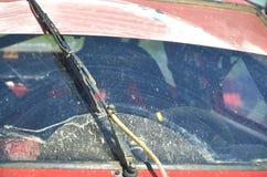 Smutsig vindruta och torkare Royaltyfri Bild