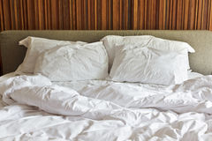 Smutsig vit säng och kudde två arkivbilder