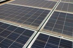 Smutsiga Dusty Photovoltaic Panels Arkivbild