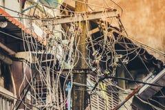 Smutsiga elektriska kablar royaltyfri foto