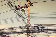 Smutsiga elektriska kablar i Phuket, Thailand askfat arkivfoto