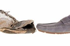 Smutsiga gamla kängor och nya skor Royaltyfri Fotografi