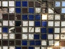 Smutsiga gamla kulöra små keramiska tegelplattor Texturera bakgrund arkivbild