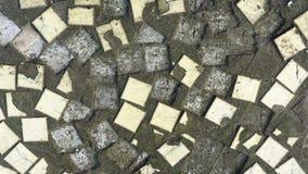 Smutsiga gamla kulöra små keramiska tegelplattor Texturera bakgrund Bruten keramisk mosaik på en konkret bas royaltyfri bild