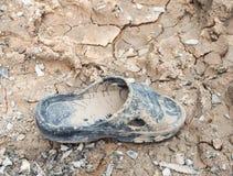 Smutsiga gamla sandaler av arbetaren Arkivbild