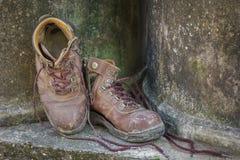 Smutsiga gamla skor på grungebakgrund. Arkivbilder