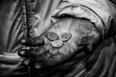 Smutsiga händer av en tiggare Royaltyfri Foto