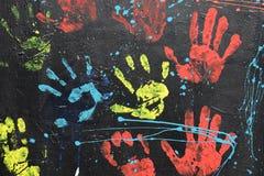 Smutsiga handprints som dryper målarfärg Arkivfoto