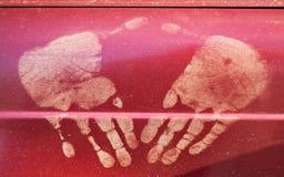 Smutsiga handtryck på rött Arkivfoton