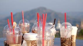 Smutsiga koppar för kaffetagande bort med avlägsna berg Fotografering för Bildbyråer