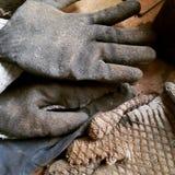 Smutsiga och slitna arbetarhandskar Arkivfoton