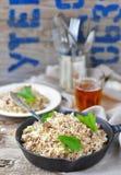 Smutsiga ris med jordnötkött arkivfoton