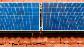 Smutsiga solpaneler på taket royaltyfri bild
