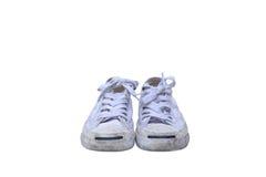 Smutsiga vita gymnastikskor på isolerat Arkivfoto