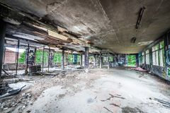Smutsigt övergett fabriksrum Royaltyfri Fotografi