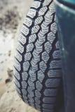 Smutsigt bilgummihjul på en dammig väg Se av däckmönster som är smutsig på grund av damm, sand och pulver Arkivfoton