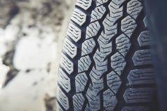 Smutsigt bilgummihjul på en dammig väg Se av däckmönster som är smutsig på grund av damm, sand och pulver Royaltyfri Foto