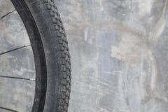 Smutsigt cykelhjul arkivbild