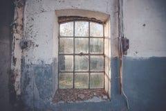 Smutsigt gammalt fönster på en grungevägg Arkivfoton