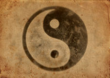 Smutsigt gammalt papper med den yinyang logoen Royaltyfri Bild