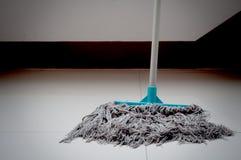 Smutsigt golvmopp- och vitgolv Arkivbild