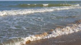 Smutsigt hav efter en havsstorm arkivfilmer