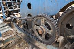 Smutsigt kedja och kugghjul i överföringssystem Arkivbild