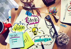 Smutsigt kontorsskrivbord med idéer och vision