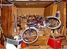 Smutsigt lagringsområde i hus arkivbild